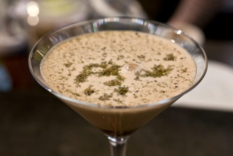 I Magnifici: emulsione di caffè con granella al pistacchio, cioccolato fondente e croccante di meringa