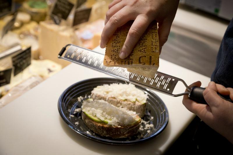 I Magnifici: Scaglie di Parmigiano su bruschetta con lardo e mela verde