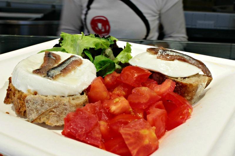 I Magnifici: Mozzarella di Carretta su pane San Lorenzo con acciughe