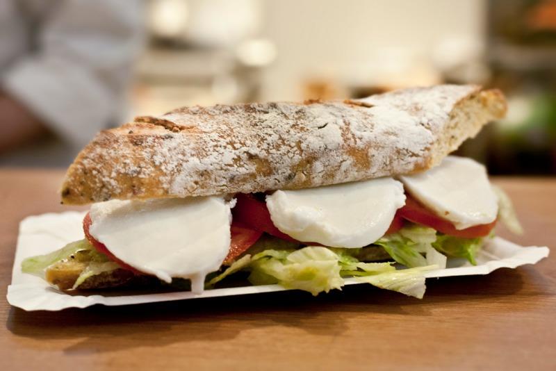 I Magnifici: panino di bodini con pane di bedu, mozzarella fior di latte di carretta e pomodoro cuore di bue toscano.